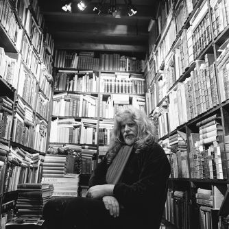 Lenkiewicz in his library in 1990. Photo by Sian Hemmings.